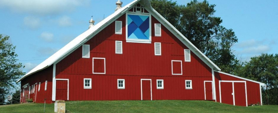 Large red barn in Grundy County